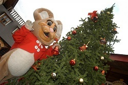 Gulliver's park mascot at the Christmas tree